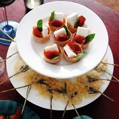 Delicate and elegant bite-sized party treats rosemary stems finely grated parmesan ½ teaspoon thyme leaves Pinch cayenne pepper List Of Appetizers, Easy Appetizer Recipes, Appetizer List, Party Appetizers, Healthy Foods To Eat, Easy Healthy Recipes, Easy Meals, Tapas, Nibbles For Party