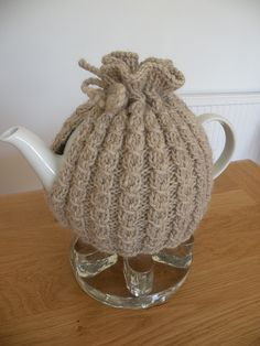 To fit a teapot with a circumference of and a height of in) to lid (adjustable) Tea Cosy Knitting Pattern, Tea Cosy Pattern, Cable Knitting Patterns, Scarf Patterns, Knitting Tutorials, Knitting Ideas, Knitted Tea Cosies, Finger Knitting, Hand Knitting