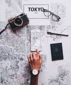 8 Things To Remember Before Traveling To A Foreign Country (PROJECT INSPO) Behold, the ultimate pre-travel checklist. Make sure your passport doesn't expire soon. Many countries will not permit travelers to enter the country unless their passports wi Travel Checklist, Travel Essentials, Flat Lay Photography, Travel Photography, Photography Ideas, Travel Flatlay, Jolie Photo, Travel Aesthetic, Adventure Is Out There