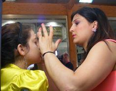 La candidata Spinelli Laura impegnata a realizzare il maquillage alla sua modella