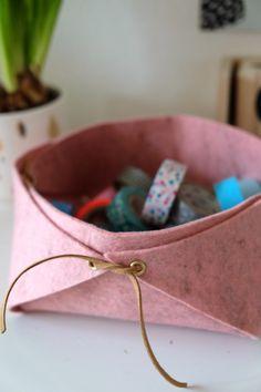 Schon seit Wochen liegt bei mir schöner Wollfilz in rosa und hellgrau im Schrank. Jetzt endlich hab ich ein Stück davon verwurstet: Ein ein...
