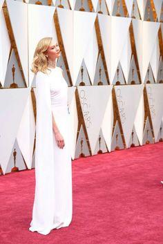 Karlie Kloss arrives on the Oscars red carpet for the Academy Awards. Oscars 2017 Red Carpet, Oscar Fashion, Oscar Dresses, Karlie Kloss, 2017 Photos, Academy Awards, Red Carpet Fashion, Nice Dresses, Duster Coat