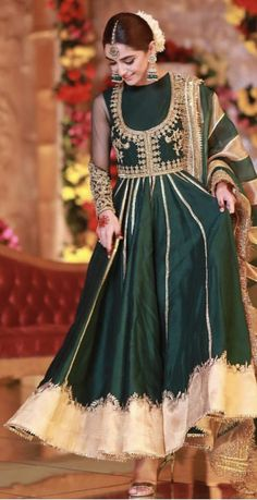 Indian wedding dress ideas you can't ignored 86 Shadi Dresses, Pakistani Formal Dresses, Pakistani Wedding Outfits, Pakistani Dress Design, Bridal Outfits, Indian Gowns, Indian Attire, Indian Outfits, Indian Wear