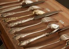 JAROSINKI VAUGOIN - DIE SILBERSCHMIEDE  Jarosinski & Vaugoin ist Wiens traditionsreichste und älteste Silbermanufaktur. Seit über 160 Jahren erzeugt sie kostbare Bestecke, Schmuck und Kunstgegenstände. Art Of Living, Tableware, Design, Products, Shun Cutlery, Jewerly, Dinnerware, Dishes, Place Settings