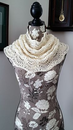 Light weight, tapered cowl using fingering or light fingering weight yarn. Lace pattern reminiscent of ocean waves.