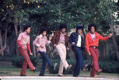 RB quintet The Jackson Five pose for a portrait in the backyard of their home Los Angeles 1972 From left to right Marlon Jackson Michael Jackson. Jackie Jackson, The Jackson Five, Jackson Life, Jackson Family, Mike Jackson, Photos Of Michael Jackson, Michael Love, 70s Hits, Young Celebrities