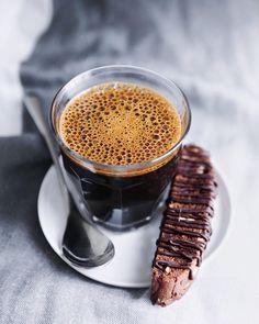 Nothing more needed than hot coffee and something sweet to munch on. // Was braucht man mehr als einen heißen Kaffee & etwas Süßes? #enjoysiemens