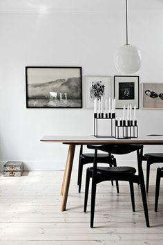 Scandinavian style dining room with black chairs, wood table, white walls and floor | Kerzenständer schwarz dänisches Design