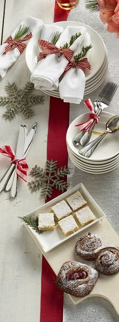 Mesa de Buffet Para o Natal Christmas Table Settings, Christmas Tablescapes, Christmas Table Decorations, Christmas Dinner Tables, Christmas Dinners, Christmas Napkins, Christmas Place Setting, Christmas Napkin Rings, Wedding Decorations