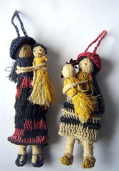 Muñecas de fibra de chaguar teñida y tejida. Wichí, Municipio Embarcación, cuenca del Bermejo. Salta, Argentina.