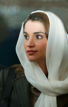 Queen Rania of Jordan went to Paris' Grande Mosque in 2003.
