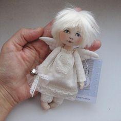 Иногда я шью вот таких малышей. Этот на заказ для коллекционера Ангелов #ангелок #ангел #текстильнаякукла #авторскаякукла #textildoll #dollart #dollartistry #angel