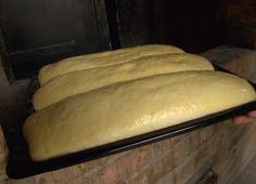 Almás, kelt kalács | Gasztroangyal - A kelt tészta: 1 kg liszt, 3 dkg élesztő, 1-2 evőkanál cukor, csipet só, 15 dkg puha vaj, 2 tojás, tej, amennyit a tészta felvesz, Töltelék: 1 kg alma, cukor, reszelt citromhéj, őrölt fahéj, 2 evőkanál búzadara, mazsola. Treats, Cooking, Recipes, Food, Diy, Sweet Like Candy, Kitchen, Goodies, Bricolage