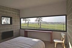 """Large baie fixe pour une vue panoramique. A droite, mur de verre qui épouse la pente de toit d'un chalet. Le tout, """"Soleal"""" de Technal"""