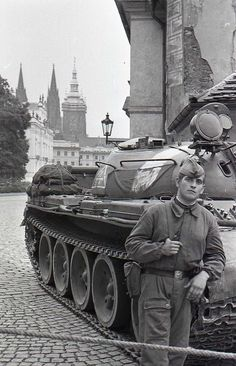 Prague Spring, T 62, Visit Prague, Combat Gear, East Germany, Old Paintings, Panzer, Cold War, Eastern Europe