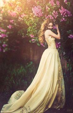 黄色にゴールドの刺繍が入ってゴージャス♪黄色のカラードレス♡花嫁衣装・ウェディングドレスの参考一覧♪