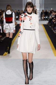 Giambattista Valli - Fall 2015 Ready-to-Wear - Look 33 of 46?url=http://www.style.com/slideshows/fashion-shows/fall-2015-ready-to-wear/giambattista-valli/collection/33