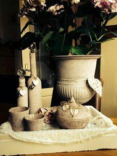 Eerst grof verven met papje van muurvuller en water. Dan verf en koffiedik of bloem en heel klein beetje water door muurvuller mengen tot papje en dat aanbrengen met sponsje en al deppend opbrengen.