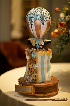 Love the lightness of this little steampunk cake.