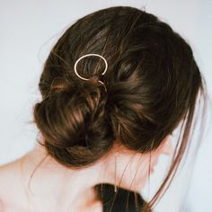 Messy bun + Oval Hair Pin (from Favor) = perfection Pigtail Hairstyles, Headband Hairstyles, Summer Hairstyles, Braided Hairstyles, Hair Scarf Styles, Twist Headband, Hair Decorations, Hair Sticks, Hair Accessories For Women