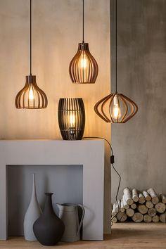 Las lámparas de maderas son un clásico a la hora de decorar tu casa de manera acogedora. Ve éstas y muchas más en Easy.cl. #Lampara #Iluminación #Madera