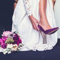 Cosas que sí me gustan de una boda: las novias con un toque de color. En las uñas, en los zapatos, e incluso, en el propio vestido.