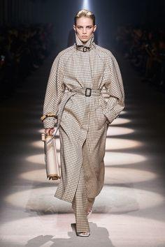 Givenchy Fall 2020 Ready-to-Wear Fashion Show - Vogue Couture Mode, Couture Fashion, Runway Fashion, Fashion Trends, Fashion Inspiration, Fashion Week Paris, Givenchy, Balenciaga, Fashion Show Collection