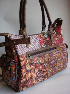 Bolsa feita de tecido de algodão quiltada e detalhes com couro ecológico.