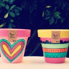 Macetulis que se van!!! Mucho color para este bello dia soleado!!!  BUEN JUEVES!!!!  #macetaspintadas #jueves #deco #garden #home #viveros #decoracion #rinconesbonitos Paint Garden Pots, Painted Plant Pots, Painted Flower Pots, Flower Pot Art, Flower Pot Crafts, Clay Pot Crafts, Pots D'argile, Clay Pots, Decorated Flower Pots