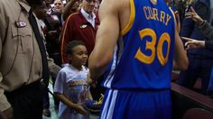 After the game, Steph Curry surprised a young fan by giving him his shoes. Best Nba Players, Splash Brothers, Stephen Curry, Golden State Warriors, Game, Basketball, Twitter, Shoes, Fashion