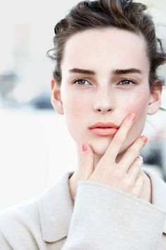 How to Contour with Blush, For a Softer, Thinner Face http://thedailymark.com.au/beauty/how-to-contour-with-blush/