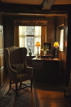 A Wood element office in an English cottage. English Interior, English Country Decor, English House, English Study, Cozy Corner, Furniture Arrangement, Interior Exterior, Kitchen Interior, Interiores Design
