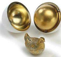 Karl Fabergé e os seus trabalhadores desenharam e construíram o primeiro ovo em 1885. Foi encomendado pelo Czar Alexandre III como uma surpresa de Páscoa para a sua esposa Maria Feodorovna.  Do lado de fora parecia um simples ovo de ouro branco, mas quando se abria, revelava um outro ovo de ouro puro onde se escondia uma galinha feita do mesmo material, com uma pequena coroa de rubis na cabeça.