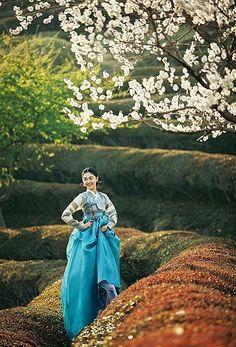 Korean Culture Fashion- Appreciate the Hanbok Korean Traditional Clothes, Traditional Fashion, Traditional Dresses, Korean Dress, Korean Outfits, Korean Clothes, Korean People, Korean Women, Modern Hanbok