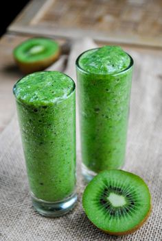 Refreshing Green Kiwi Smoothie by vegansandra #Smoothie #Green #Kiwi #Banana #Spinach #Cucumber