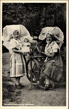 Postcard Spreewälderinnen am Spinnrad, Sonntagstrachten, Puppe  postally unused