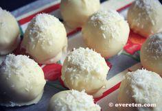 Marokkaanse kokostruffels met witte chocolade / Ingrediënten: ◦200 ml gecondenseerde melk (half blik) ◦120 gram geraspte kokos ◦ongeveer 20 amandelen ◦200 gram witte melk chocolade
