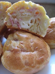 petits cakes kiri jambon – gâteaux à gogo small kiri ham cakes 3 eggs 150 gr of flour sachet of yeast 12 cl of milk 8 cl of oil 150 gr of ham from 10 kiri salt / pepper Petit Cake, Food Porn, Good Food, Yummy Food, Salty Foods, Salty Cake, Snacks, Homemade Cakes, Scones
