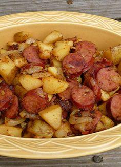 Salteado de patatas, salchichas, cebolla y bacon.