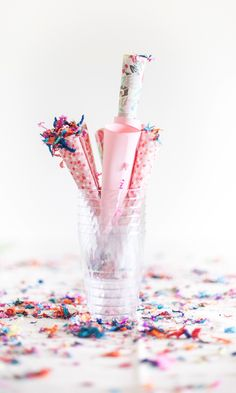 Passion shake year summary and new years eve party inspiration - diy decorations Party Blowers, Party Favors, Diy Confetti, Paper Confetti, Confetti Ideas, Confetti Cones, Party Deco, Serpentina, A Little Party