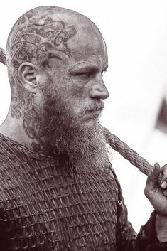 Découvrez la véritable histoire du peuple scandinave et plus particulièrement de l'un de ses rois légendaires : Ragnar Lodbrok. Bracelet Viking, Roi Arthur, Ragnar Lothbrok, Statue, Viking Jewelry, Viking Warrior, The Vikings, Norse Mythology, People