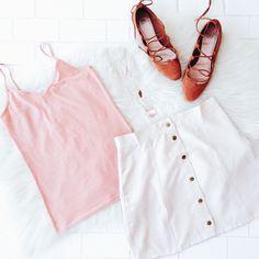 Aproveite a promoção de FRETE GRÁTIS na Shein para renovar o seu guarda-roupas. Na foto: regata rosé, saia bege com botões na frente, lace up flats em um fundo branco.