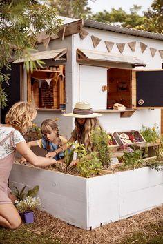 Jardin et terrasse pour les enfants : idées installations, aménagements - Côté Maison Kids Outdoor Spaces, Kids Outdoor Play, Outdoor Play Areas, Backyard For Kids, Garden Kids, Kids Cubby Houses, Kids Cubbies, Play Houses, Backyard Playset