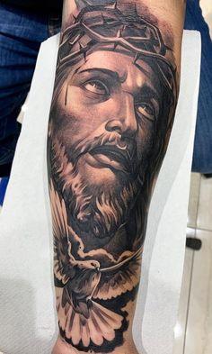 50 tatuagens religiosas para você se inspirar - Fotos e Tatuagens Jesus Tattoo Design, Angel Tattoo Designs, Tattoo Sleeve Designs, Forearm Tattoo Quotes, Forearm Sleeve Tattoos, Cool Chest Tattoos, Arm Tattoos For Guys, Jesus Tattoo Sleeve, Sacred Art Tattoo