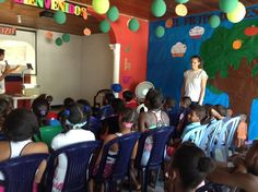 Los niños disfrutan atentamente una charla sobre el amor de Dios.