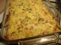 O cina consistenta, savuroasa, ce se prepara usor este delicioasa reteta de cartofi gratinati cu sunca si ceapa. Puteti folosi bacon in loc de sunca, branza
