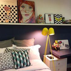 O contraste de cores dá um charme super colorido e alto astral no quarto da adolescente. O tom da parede (que nós seguimos na bancada de estudos) é Baleia Azul da Suvinil  #arqexpress #decorexpress