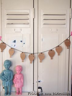 A craft paper garland made by La Princesse aux bidouilles. Perfect as a baby shower gift or a decorative little present ! Balloon party banner.