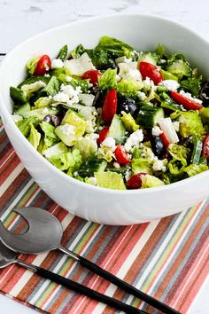 American Greek Salad (with Lettuce) is the low-carb and gluten-free salad I make over and over for parties and special dinners! Greek Salad Recipes, Healthy Salad Recipes, Spring Mix Salad, Greek Chicken Salad, Steak And Mushrooms, Main Dish Salads, Feta Salad, Salad With Feta Cheese, Best Side Dishes