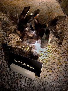 Le quartz fumé est une variété de quartz macrocristallin, qui doit sa couleur (tous les tons de brun) à l'irradiation naturelle ou provoquée des sels d'aluminium qu'il contient.